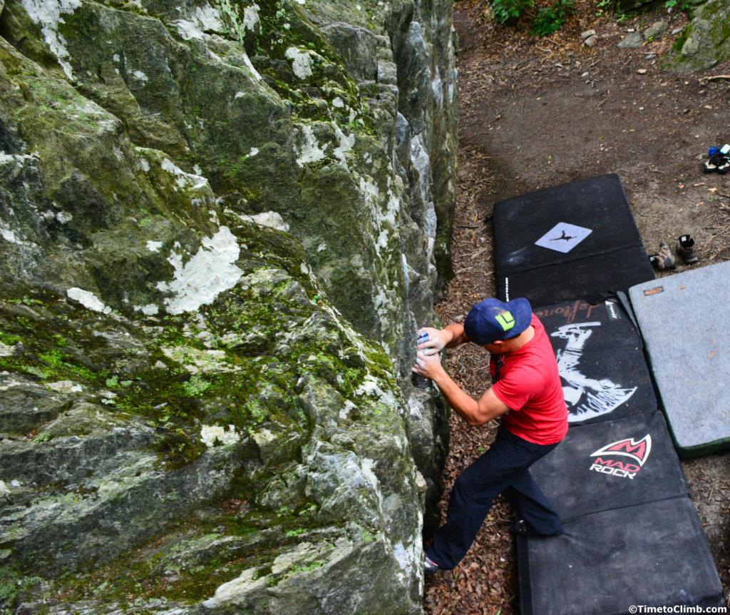 Melvin Rivera on the start of Workout Weenie V1 on the Workout boulder in Smuggler's Notch VT